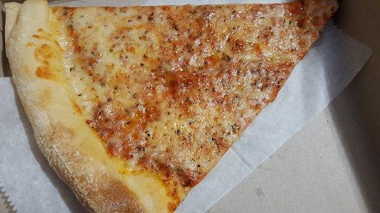 Altamonte Springs, FL: Wow! Got a really damn tasty slice of pie, meatball sub, and mozzarella sticks today. Off the ch