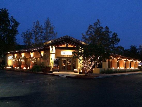 Westlake Village, แคลิฟอร์เนีย: Front of restaurant in evening