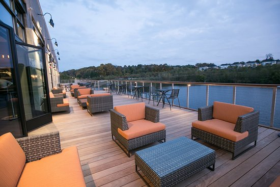 Pikesville, MD: Outdoor seating at Citron on the Lake doesn't feel like 5 mins off the 695-Beltway, but it is!
