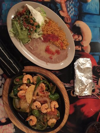 Bloomer, WI: Shrimp fajita- great taste and generous portions