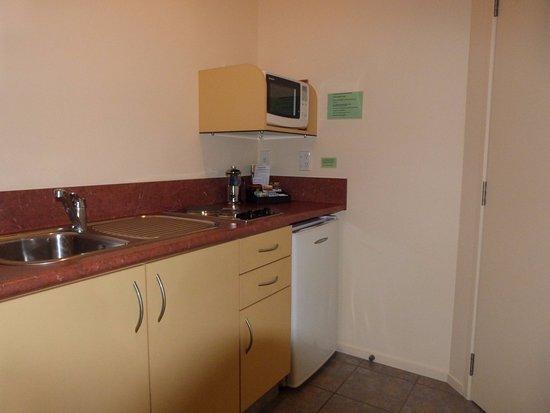 Sundowner Motel : Room 9 rear deluxe studio, kitchen