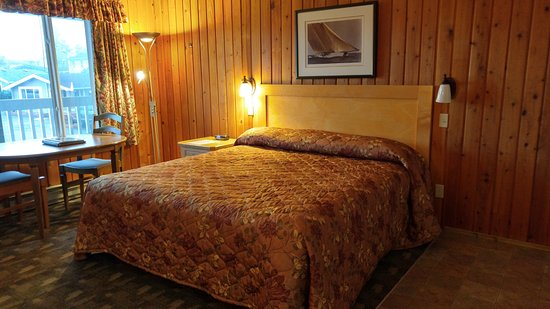 The Cedarwood Inn and Suites: king bed