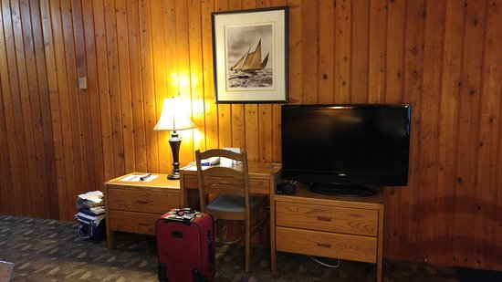 The Cedarwood Inn and Suites: desk and flat screen tv (Shaw cable)
