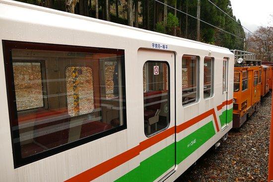 Kurobe, Japonya: Train cars up the gorge