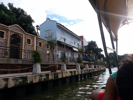 nice houses on the river side  - Picture of Malacca River