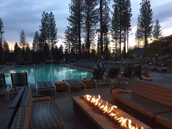 Groveland, CA: Fire pits around the pool/jacuzzi area