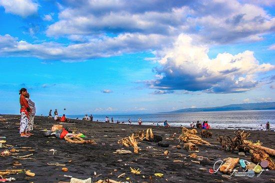 """จิมบารัน, อินโดนีเซีย: Kusamba Beach """"salt making"""""""