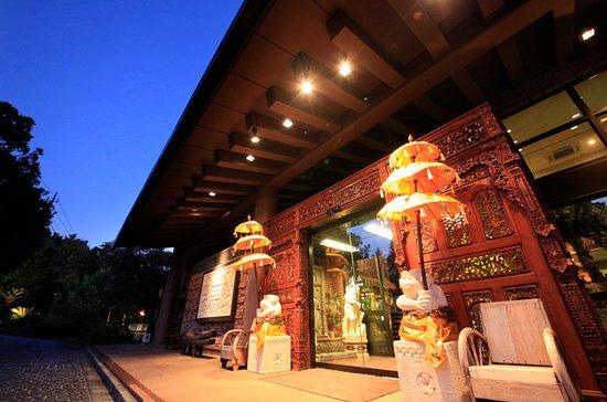 Anda Resort Izukogen : バリの木彫り職人によるゲートとパユン(バリ傘)が異国情緒溢れるメインエントランス。