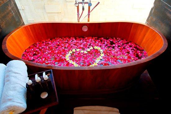 Lalasa Villas: Wooden Bathtub
