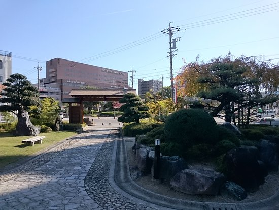 Komaki, Japan: 名鉄小牧駅のすぐ目の前にある庭園