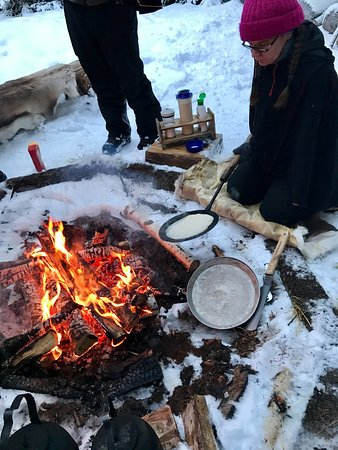 Ylitornio, Finlândia: Thia making the pancakes on an open fire