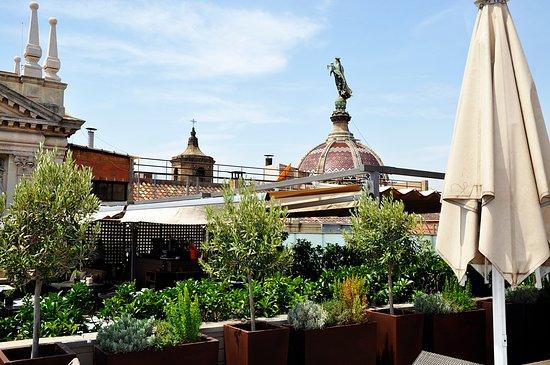 Hotel Duquesa de Cardona: Views to the Gothic Quarter from our roof terrace