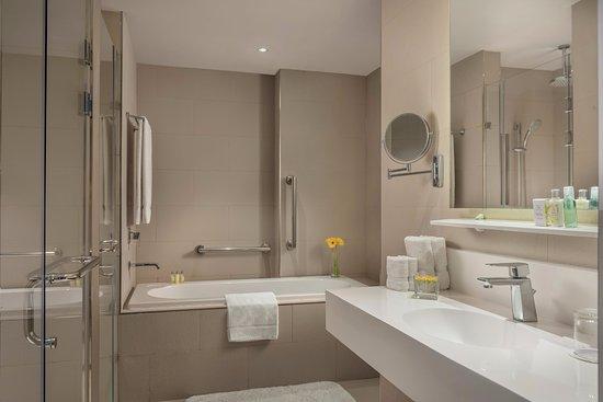 Clark Freeport Zone, Philippinen: Junior Suite Bathroom
