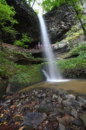 Nishimeya-mura, Japan: 滝の下、水面ぎりぎりから見上げる。