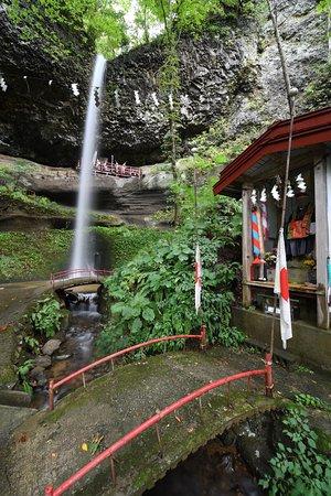Nishimeya-mura, Japan: 不動明王の祠と滝
