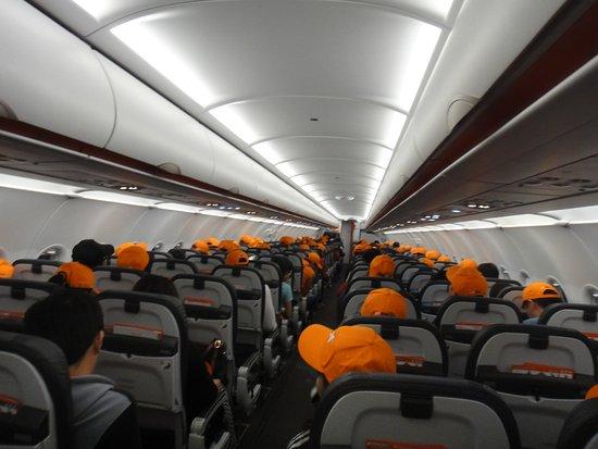 機上每個人都領到了首航紀念帽 -...