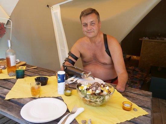 Ла-Коль-сюр-Лу, Франция: Jörg auf der Terrasse. Essen und trinken hält Leib und Seele zusammen.
