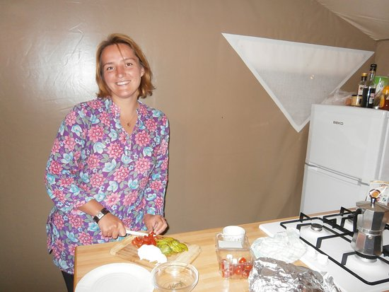Ла-Коль-сюр-Лу, Франция: Isabella in der Zelt-Wohnküche beim kochen.