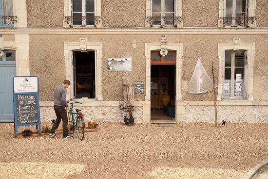 Brehemont, Francja: Boutique de vente directe de poissons et produits transformés en bord de Loire