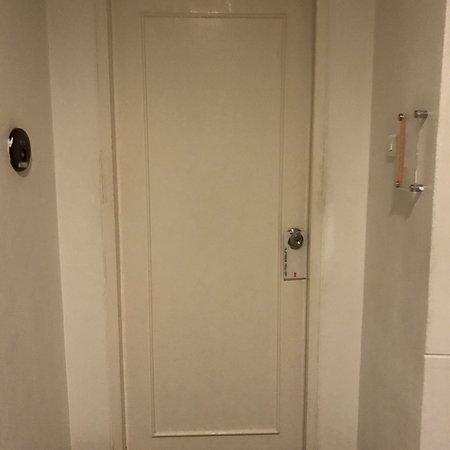 Studio 99 Serviced Apartments: Door to apartment (just door knob)