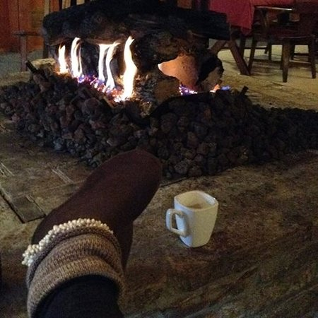 Boyne City, MI: Guests love to gather around the fireplace while enjoying a cup of coffee or glass of wine.