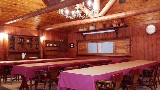 Boyne City, MI: The dining area in the main lounge. After meals guests use this are for games and conversation.