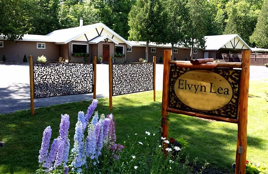 Boyne City, Мичиган: The lodge in summer with gardens in full bloom.