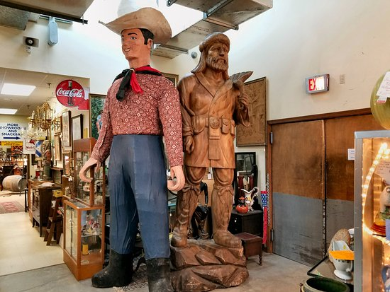 Hendersonville, Северная Каролина: Cowboy and a moutain man carving