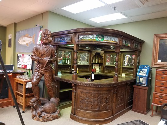 Hendersonville, Северная Каролина: Wood carving and bar