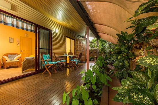 Reflections Bed & Breakfast: Lovely to relax over dinner on the small tropical vreandah outside the sitting room