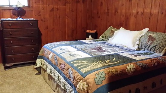 Boyne City, MI: Several rooms feature king size beds. Some of these also include twin size bunks. Ideal for fami