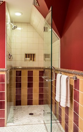 Aurora, NY: The bathroom of Room Ten