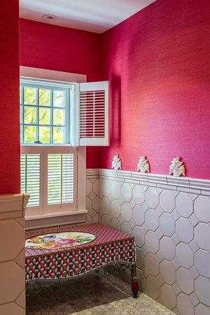 Aurora, NY: The bathroom of Room Seven