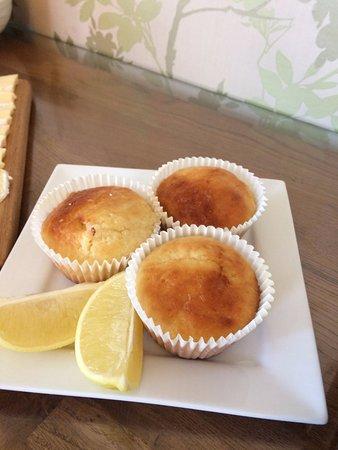 Boscastle, UK: Freshly baked lemon drizzle muffins