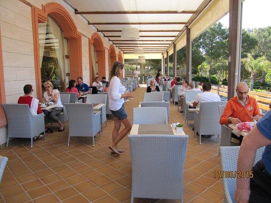 Cala Mesquida, Spain: Terrasse du restaurant principal