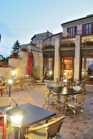 Montelparo, Italy: Courtyard for outside dining