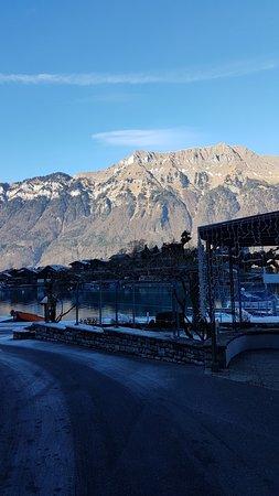Iseltwald, Switzerland: Auch im Winter sieht die Gartenwirtschaft super aus, oder?