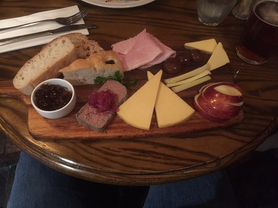 Welford-on-Avon, UK: Ploughman's board