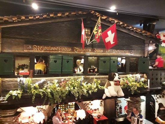 décoration intérieur du restaurant avec en contre bas l ...