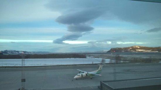 Stjordal, Norway: Foto scattata dalla finestra della camera: gli aerei sono sotto le finestre ma non si sente null