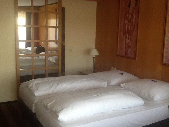 Slaapkamer met schuifdeur naar badkamer - Foto van Van der Valk ...