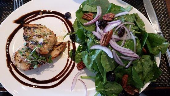 Vineland, Kanada: salad with chicken