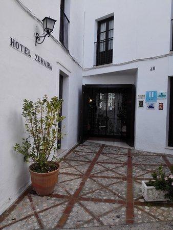 Zuheros, Spain: Foto del exterior del Hotel ( primera planta restaurante)