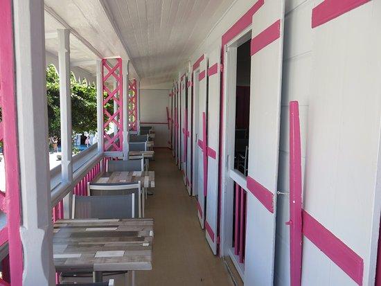 Terre-de-Haut, Guadeloupe: la galerie avec vue sur le debarcadere et la baie