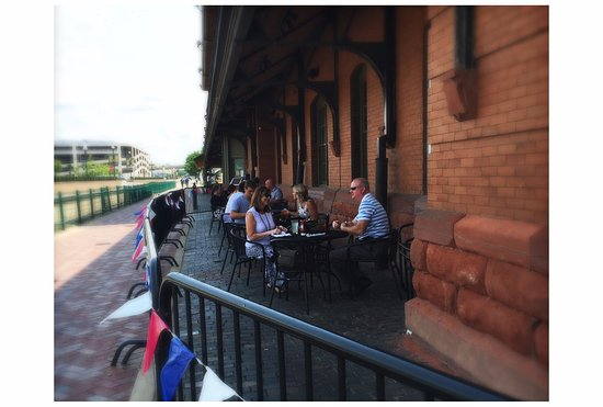 Peoria, IL: seasonal outdoor seating