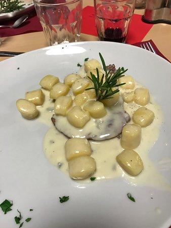 Monta, Italia: Filetto di vitella piemontese alla brace con chicche di patate e fonduta al gongorzola