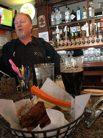 Backcountry Pizza & Tap House: Melvin's Robust Stout - Scenario and some wings = Yum