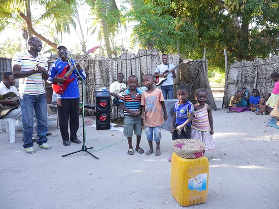 Багамойо, Танзания: The local band and some of the kids in the village entertained us.