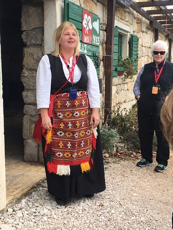 Drnis, Kroatië: Host in traditional costume