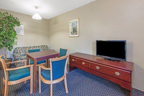 Sullivan, MO: Guestroom- Suite Living Room